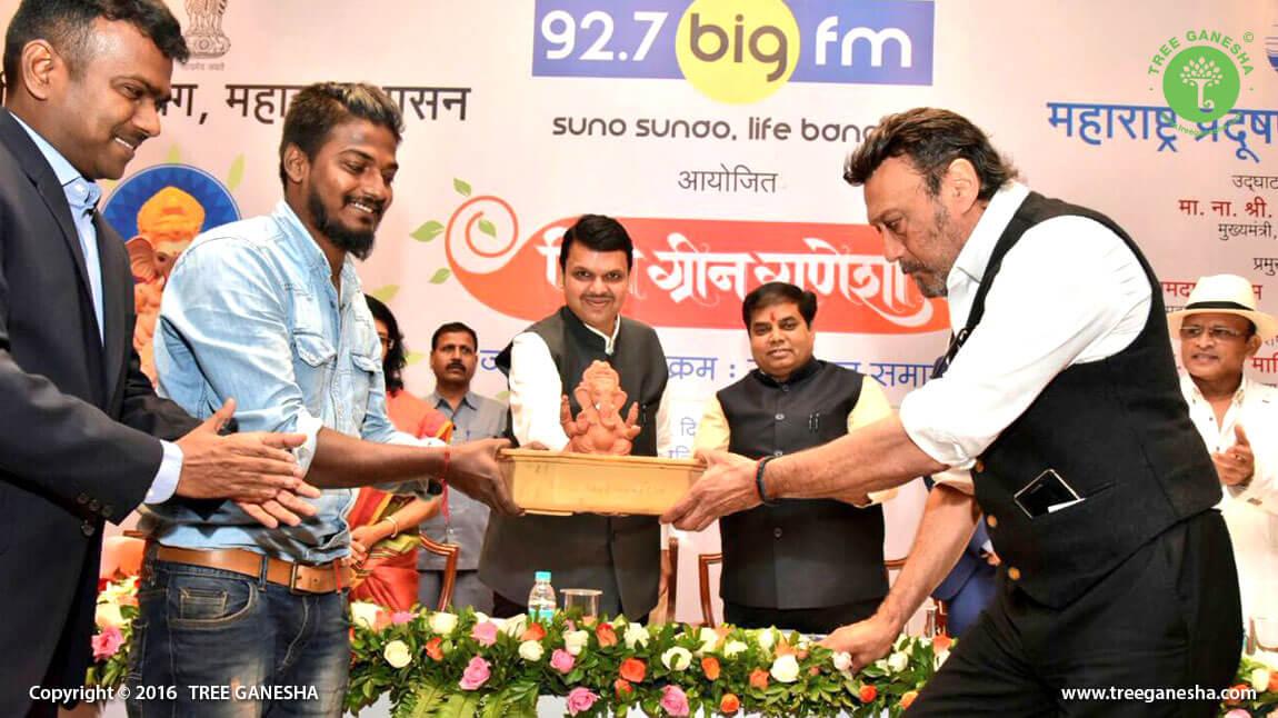 Hon'ble CM Devendra Fanavis Ji felicitating Tree Ganesha for spreading Eco-friendly celebration